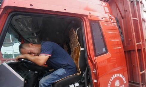 为何货车司机宁愿在路边休息也不进服务区?网友:真相让人心酸