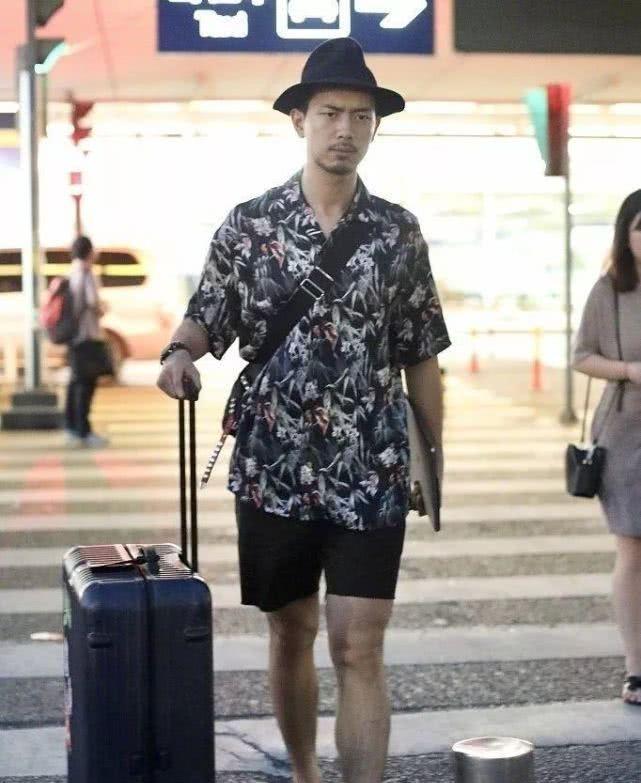 <b>李现机场生图:你有你的前男友,我有我的现男友!</b>