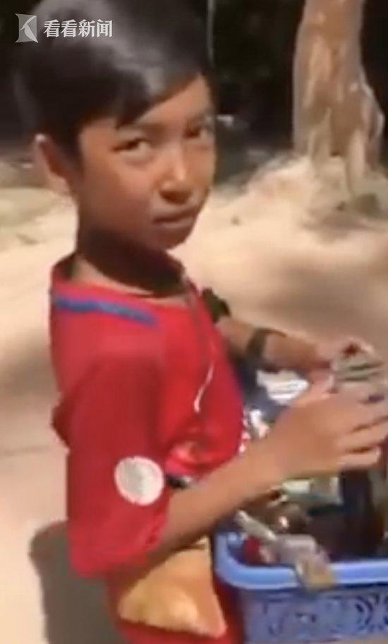 柬埔寨男孩会说9国语言推销商品唱:我们不一样