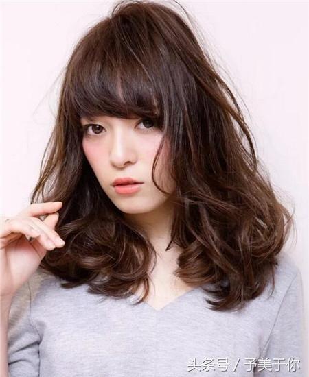 头发微微烫卷简单自然披散在肩头看起来十分舒服自然,想要整个发型图片