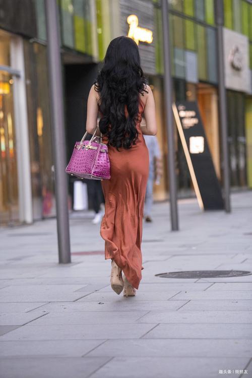 楚楚靓丽网|街拍:姑娘们的性感穿搭诠释了这座城市独特的时尚