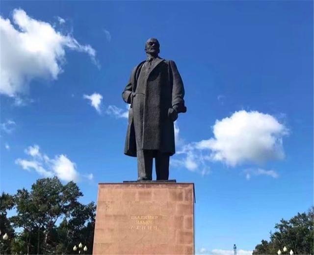 1858至1860年,清政府先后同俄国签订了《瑷珲条约》以及《中俄北京条约》,和后续的很多不平等条约一样,这让中国相当一部分领土划进了别国的版图。这两条约中清政府向俄国割让了一百多万平方公里的土地,库页岛就在其中。库页岛周边的大马哈鱼无穷无尽,沙俄的熊有口福了。