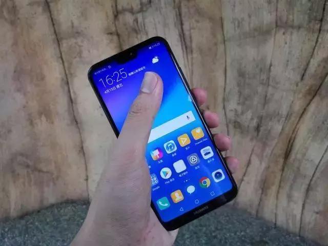 华为P20 Lite 的设计绝对讨好, 金属中框配搭 2.5D 弧面玻璃设计, 令反光感非常强烈, 另外由于采用5.84寸 19:9 全面屏设计, 屏占比尚算理想, 整体握手感讨好, 单手操作也不成问题。