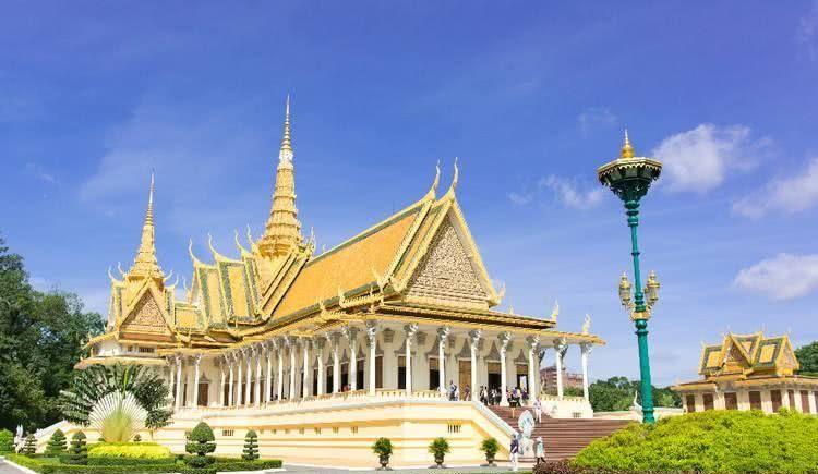 柬埔寨皇宫金碧辉煌,已有近两百年历史,由法国工程师设计建造