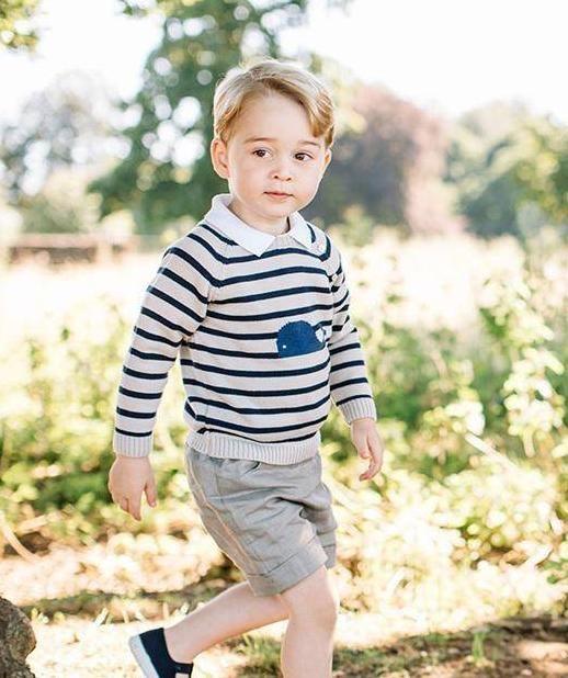 凯特王妃的儿子乔治王子,短裤衬衫配长袜,是最会穿的皇室宝宝