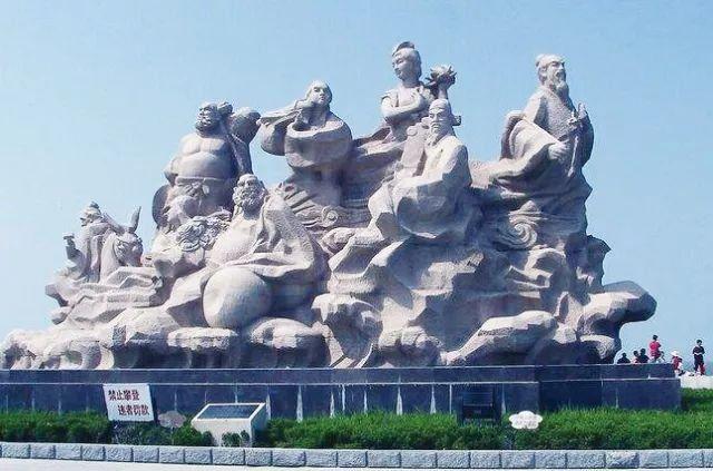 首都天安门广场上耸立的人民英雄纪念碑,其底部展现中国人民革命斗争