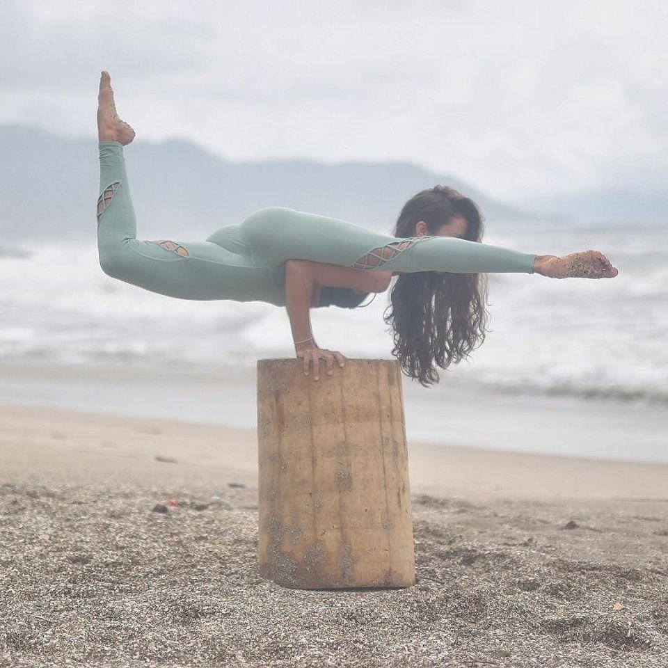 如果小仙女们已经很完美的完成了上面的热身活动,那么接下来就专心投入到瑜伽开胯练习中。起飞式在瑜伽108式中,算是比较需要技巧性的瑜伽体式了,新手宝宝要在导师的帮助下进行练习哦。注意上手臂紧紧贴靠在身体两侧,利用颈部的力量将头部微微向上抬起,同时利用小仙女们强大的腰臀力量,在空中尽量伸展开两条腿。
