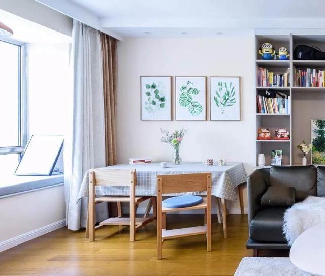 客厅背景墙做了一组书柜,利用沙发背后的空间增加储物功能.