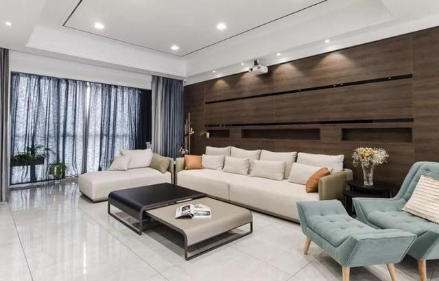 客厅沙发背景墙是木板做的造型,还在墙面上做出了凹陷的壁龛效果,还能