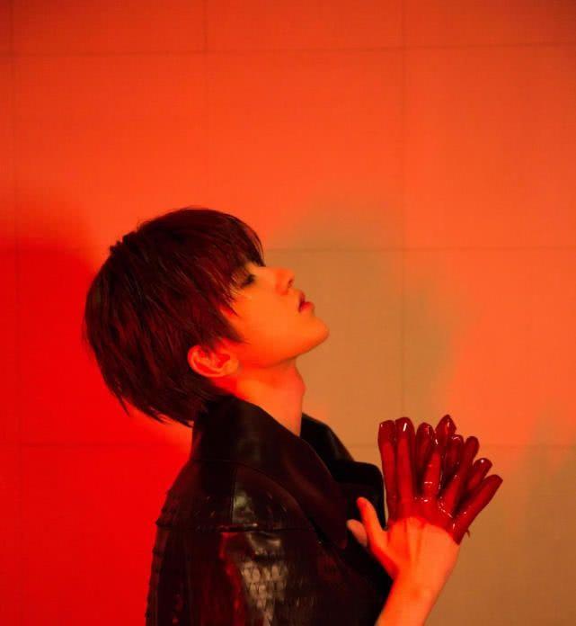 蔡徐坤又一新造型,红色灯光下显柔性美,网友:这是又在致敬谁