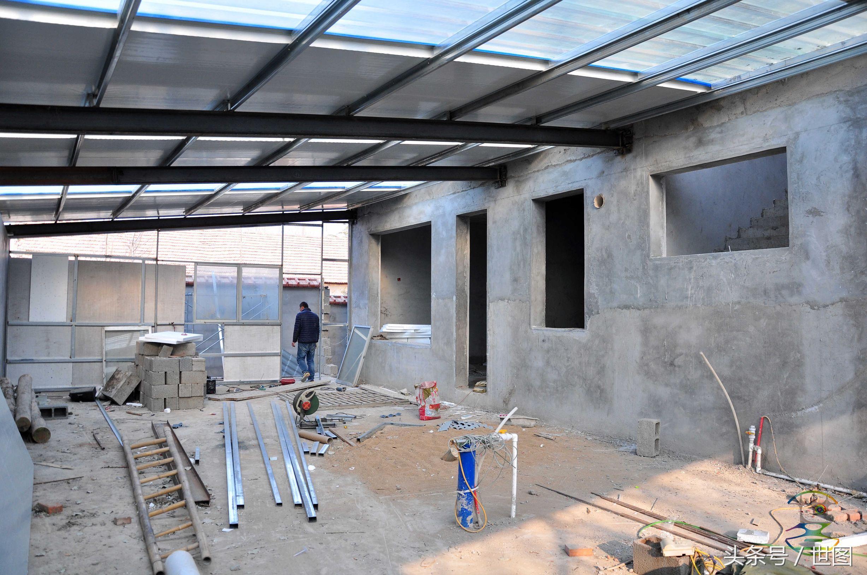 后院用的是钢结构加保温顶与楼体铰接为一体.