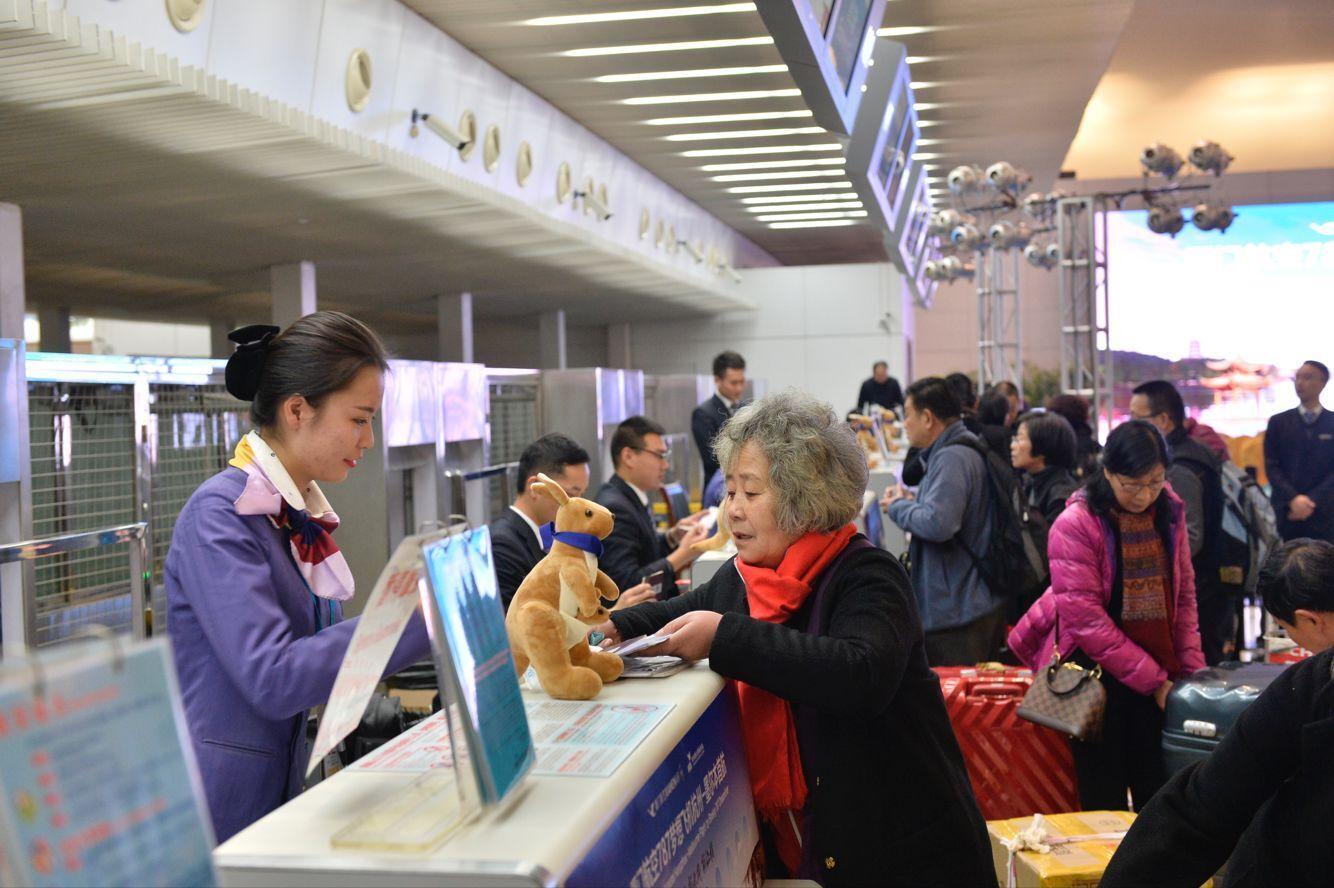 杭州连续11年被推选为 中国最具幸福感城市,是中国宜居城市典范,澳大利亚墨尔本连续7年获评全球最宜居城市,昨天起,这两座历史文化名城通过厦门航空的一条洲际航线紧紧联系到了一起。  杭州直飞墨尔本航线,由波音787梦想客机直飞,昨晚8点15分,它载着237名乘客从萧山国际机场起飞,将于明天上午9点45分抵达墨尔本,全程飞行约10个半小时,航班号MF813。 这趟航班是杭州首条直飞墨尔本洲际航线,每周三、周六从杭州出发,周四、周日返回。返程时间为11点35分,晚上19点05分抵达杭州,航班号为MF81