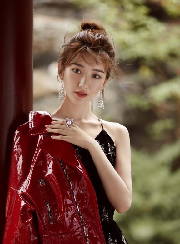 东方女人网|毛晓彤登大刊封面,清灵纯净又不失摩登时尚,尽显东方女性的魅力