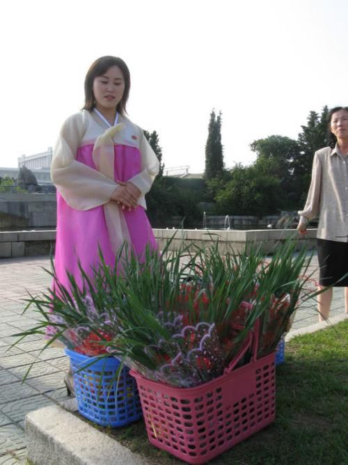 朝鲜女生:女生也爱看言情小说,高跟鞋、半步裙搭配印象穿衣瘦图片