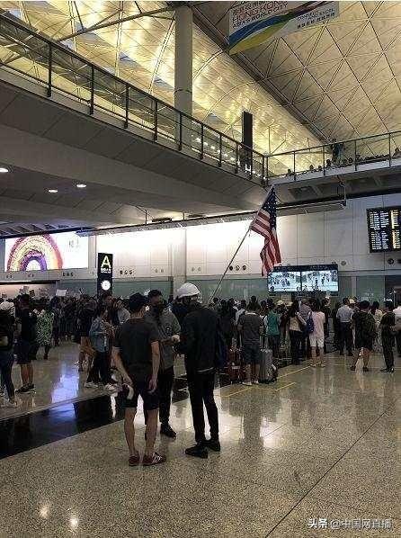 真荒唐!反对派滋扰香港机场误导旅客,还有人打出美国旗
