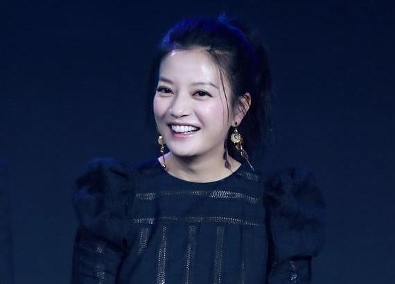 赵薇出席活动,满脸笑容,网友说看到了最美的小燕子