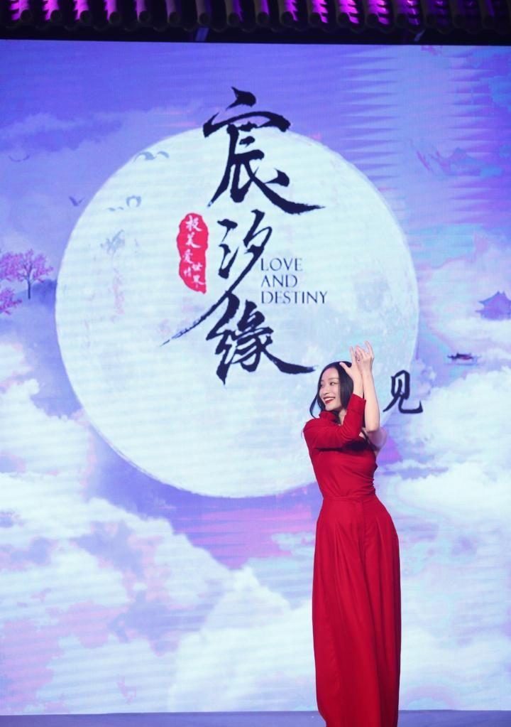 倪妮红色丝绒裤装御姐范十足 身材高挑姿态婀娜大秀舞蹈