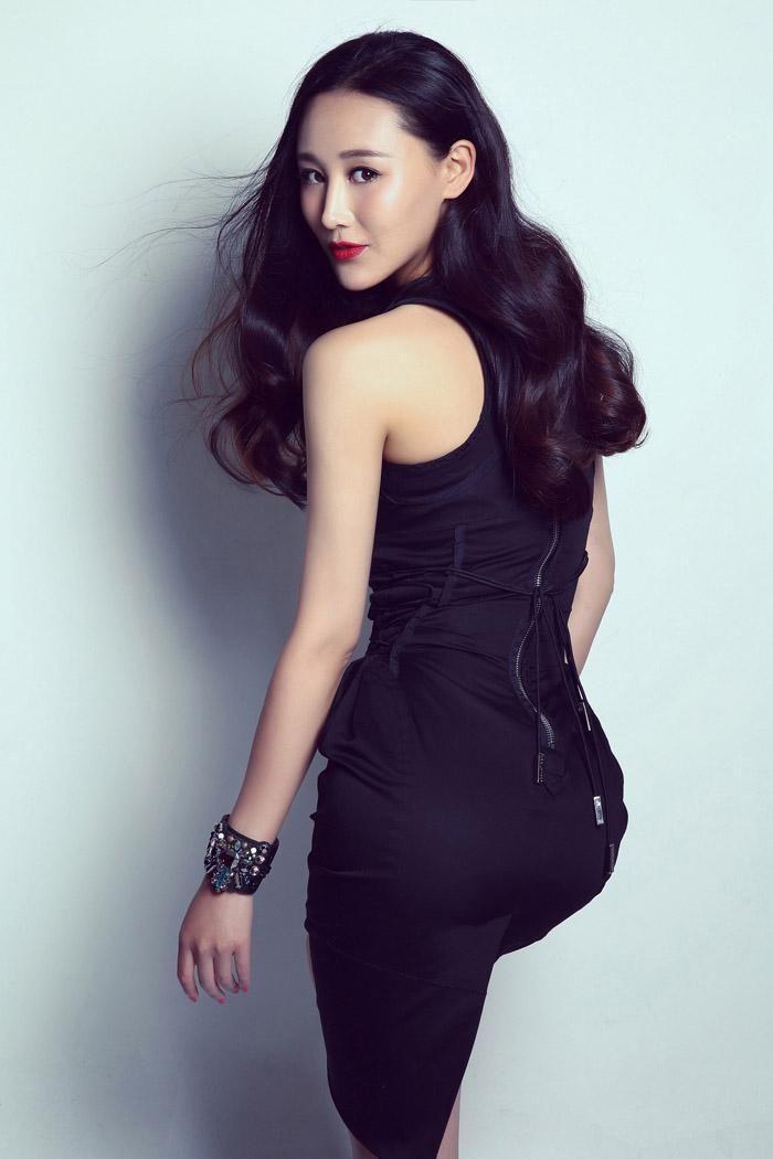 熟女艺术视频_演员杜十五高清性感写真,卷发红唇尽显熟女诱惑!