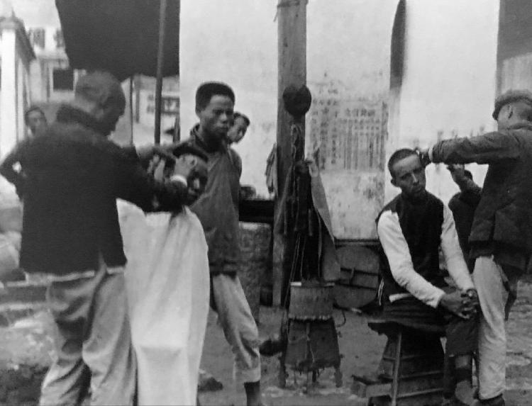 罕见清末民初老照片:站在房顶上的溥仪,剃头剪发的百姓