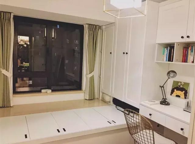 然后衣柜侧边连着书桌柜,这是最适合小户型卧室的榻榻米设计,l型的