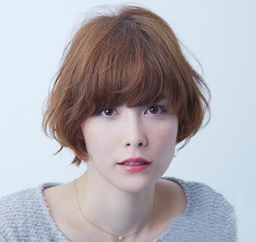 那你不妨get这款短发微卷发型,整体头发修剪至齐下巴部位,配上稀薄图片