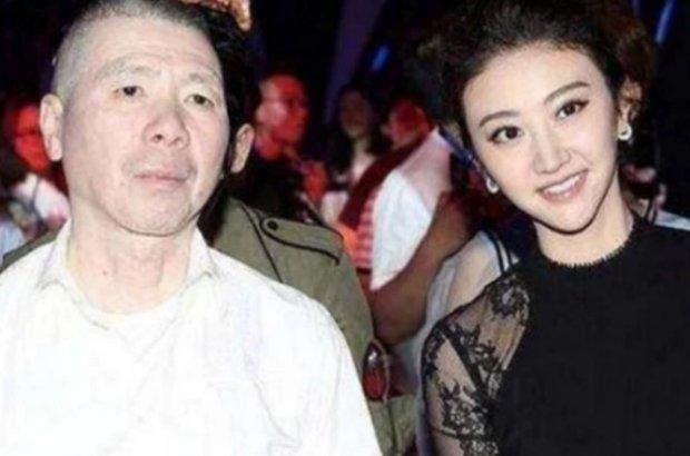 原创            冯小刚和谁拍照都一脸冷漠,徐帆也不例外,唯独遇见她画风大变!