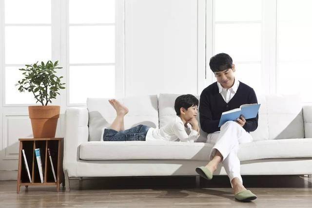慢慢地他每天看电视的时间和次数越来越少,也比之前爱说话了.图片
