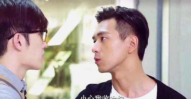 <b>《亲爱的》郑辉强闯女生宿舍,把佟年逼到墙角,疯狂表白太可怕</b>