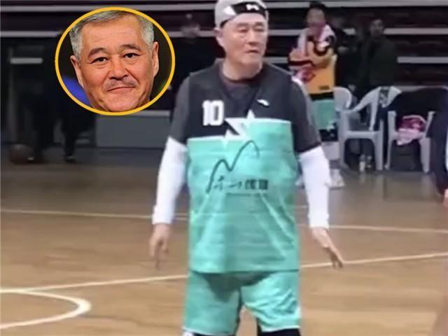 62岁赵本山上场打篮球,对手比他高一头,但都不敢抢他的球
