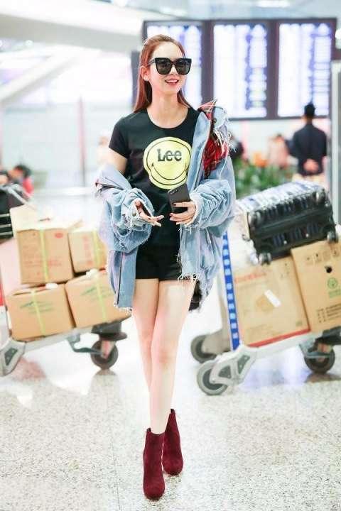 戚薇机场照:官方版和民间版,这腿能比蒋欣了
