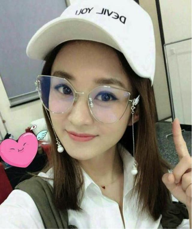 本来就是走可爱风格的赵丽颖,戴上眼镜真的超级显萌,让人忍不住多看