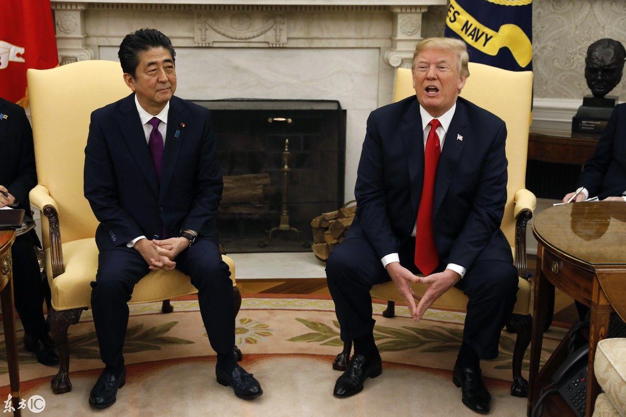 """白宫走廊里,安倍晋三跟着特朗普一前一后,完美演绎""""小图片"""
