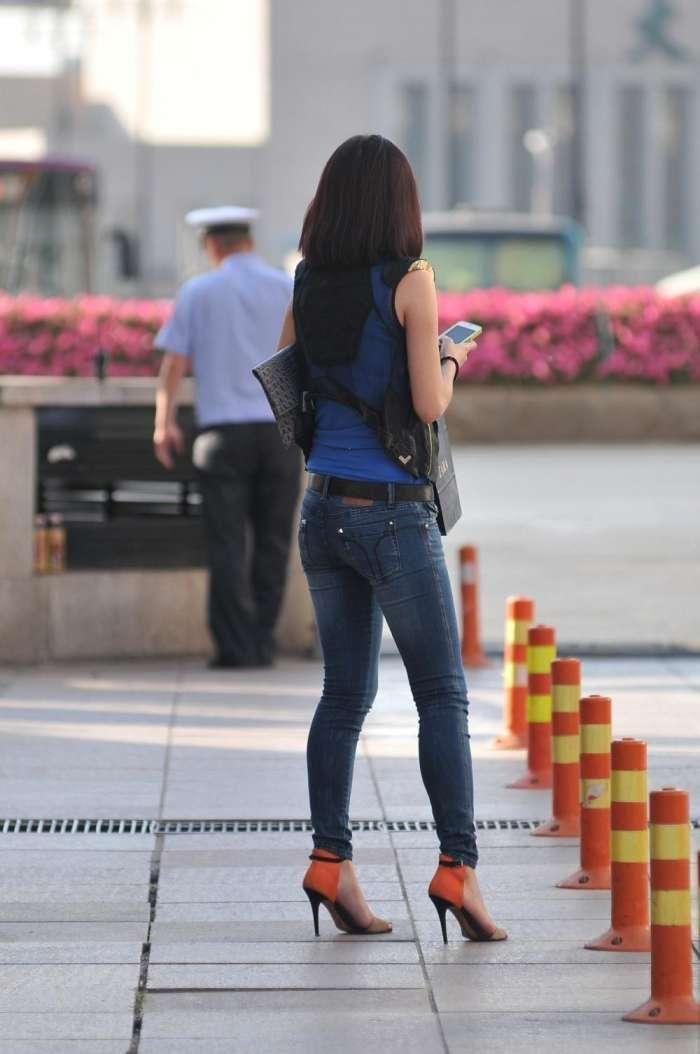 街拍,紧身牛仔裤搭配高跟鞋,展现出了一种不同的魅力与气质