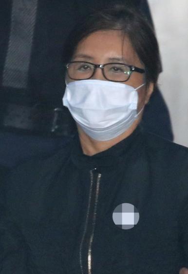 韩国前总统朴槿惠闺蜜崔顺实出庭受审 口罩遮脸表情冷淡图片