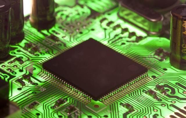 仔细观察待拆集成电路在电路板的位置和方位,并做好标记,以便焊接时按