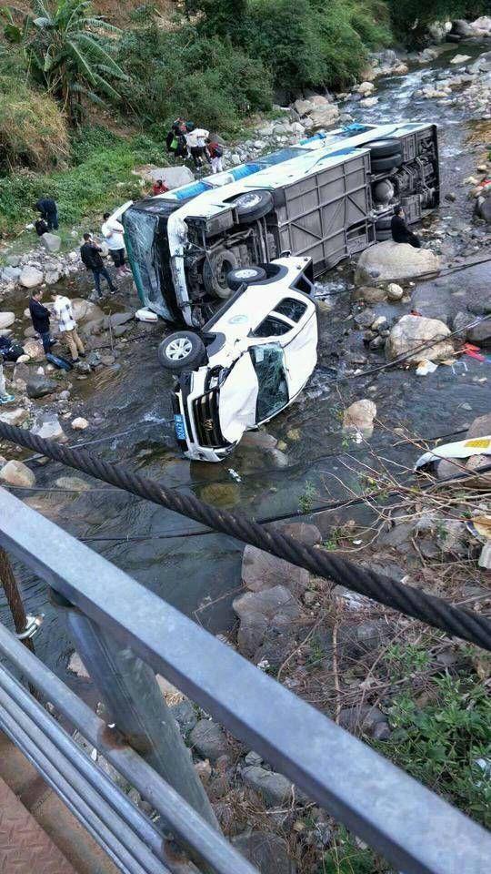 泸沽湖大巴坠河造成8人受?#33487;?#20107;嫌疑人已被控制