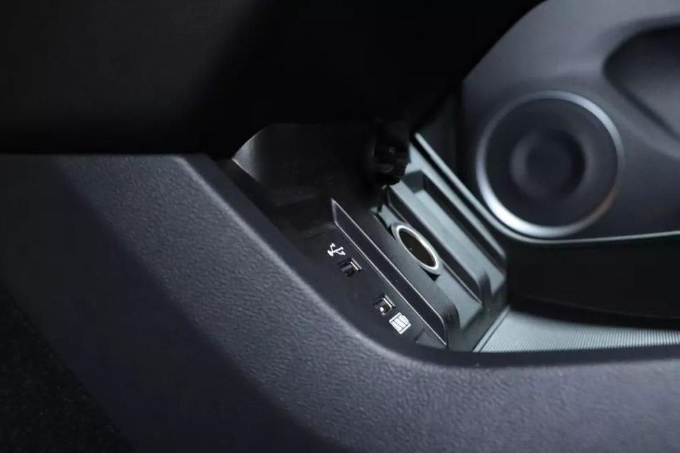 汽车 正文  空调下方的旋钮和按键可辅助操控9英寸的led中控屏幕