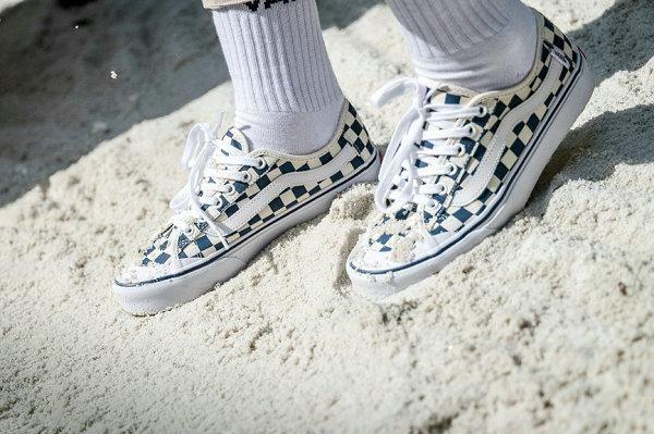 采用了半月型上包鞋头的设计手法,并以白色呈现.