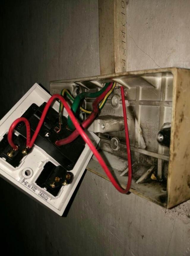 """接线 技巧 单相二眼插座的施工接线要求是:当孔眼横排列时为""""左零右火"""