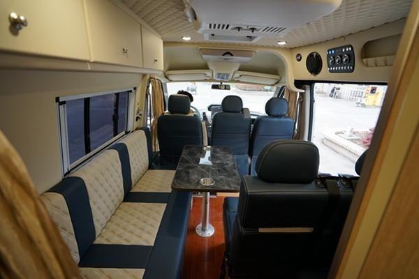 进入车厢内部,整体采用杏白色色软包内饰搭配蓝白拼色设计沙发座椅,让整个空间温馨舒适,素雅大气。车厢内部格局依次为:驾驶室,主驾驶身后为一组横置的三人沙发,副驾驶身后为双人座椅,车尾两侧分别是厨房跟卫生间。