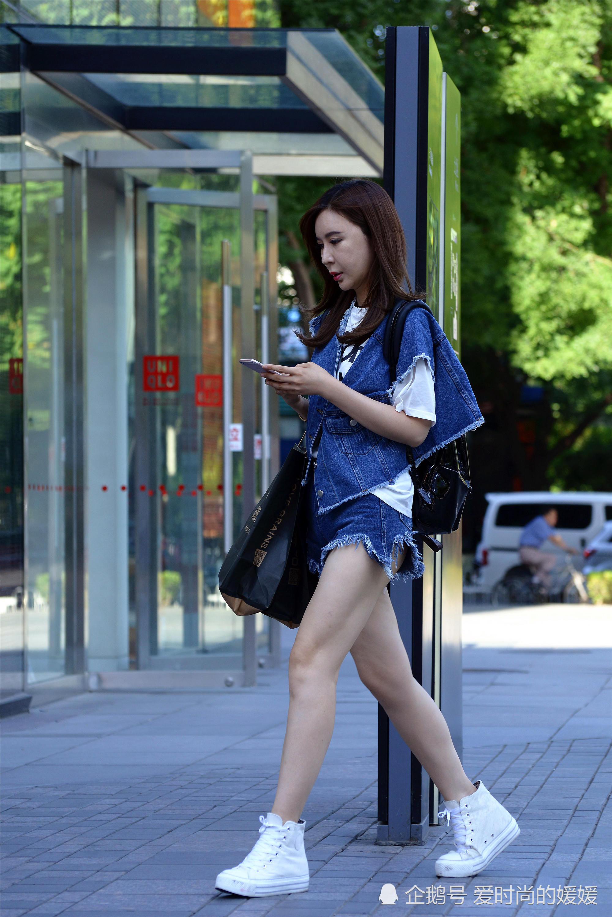 穿平底鞋自信的姑娘,简单大方,柔和逛街优雅的女生图片