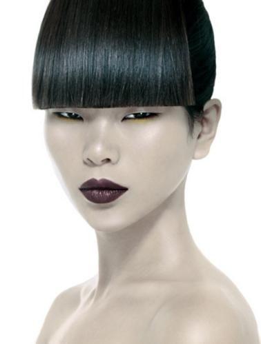 她是中国超模前辈,长相不被国人认可,今当设计师获众星捧场