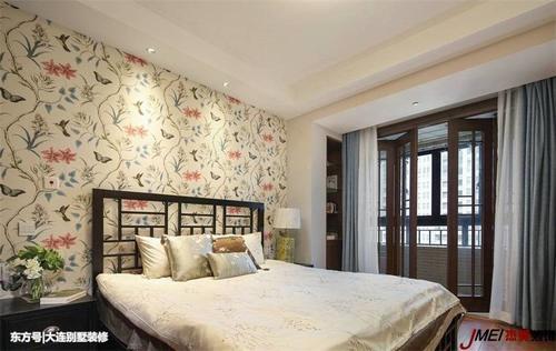 推荐 正文  卧室背景墙大面积铺贴花饰壁纸,不仅具有观赏性,更符合了