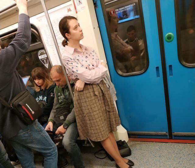 女子地铁要求乘客让座被拒,竟撩起裙子褪下内裤怒吼:我是女人