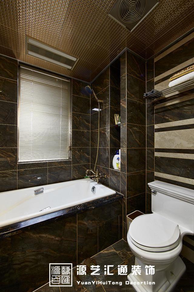 卫生间的设计,深色的仿大理石砖面搭配金线勾缝,大浴缸上的金黄色花洒