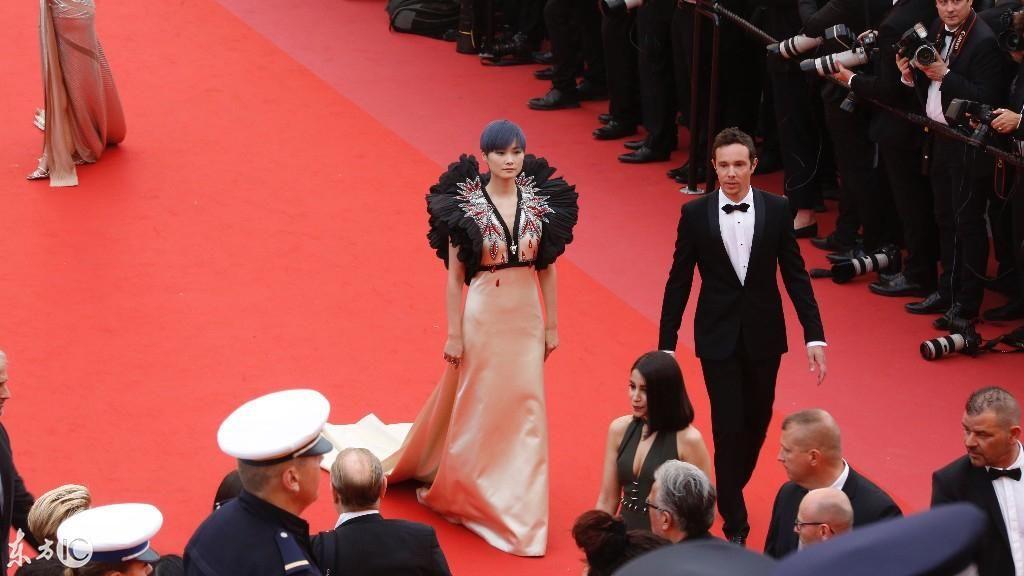 李宇春亮相戛纳法国电影节红毯,修女:a修女了我的春!恐怖电影的一个网友图片