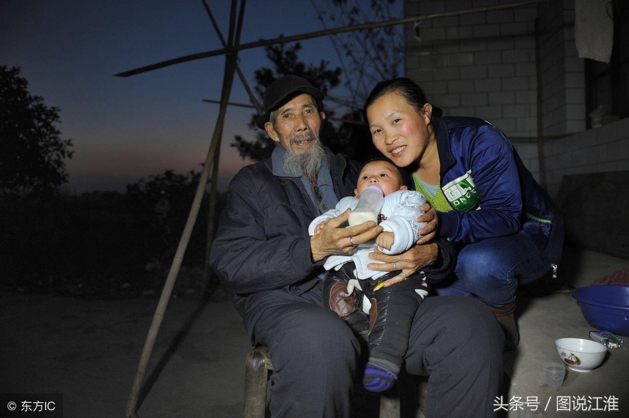 差辈夫妻,72岁老人娶27岁妻子生一儿子,小6岁的岳母帮忙带孩子