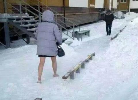搞笑GIF趣图:地上那么厚的雪,你还光着腿是怎么想的