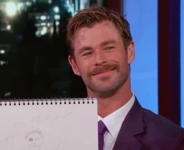 漫威英雄展示自画像,洛基神还原,钢铁侠简直是专业画师!