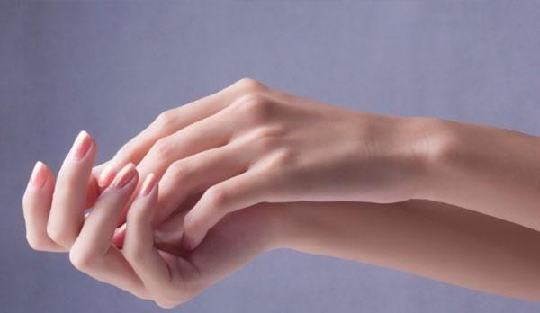 <b>指甲上竖纹真能说明身体出了问题?医生来告诉你指甲和健康的真相</b>
